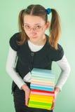 Muchacha adolescente con una pila de libros Fotografía de archivo