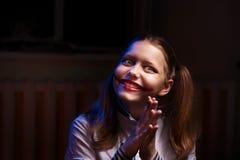 Muchacha adolescente con una sonrisa siniestra Imágenes de archivo libres de regalías