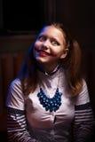 Muchacha adolescente con una sonrisa siniestra Fotos de archivo