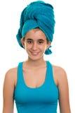 Muchacha adolescente con una toalla azul envuelta sobre su pelo mojado Fotografía de archivo libre de regalías