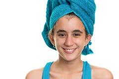 Muchacha adolescente con una toalla azul envuelta sobre su pelo mojado Foto de archivo