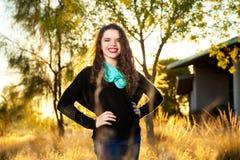 Muchacha adolescente confiada con las manos en caderas Imagen de archivo libre de regalías