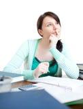 Muchacha adolescente confidente que estudia en su escritorio Fotografía de archivo