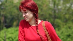 Muchacha adolescente confusa con el pelo rojo Fotos de archivo libres de regalías