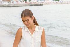 Muchacha adolescente contra el mar Fotos de archivo libres de regalías