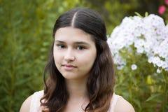 Muchacha adolescente contra el polemonio blanco Fotografía de archivo