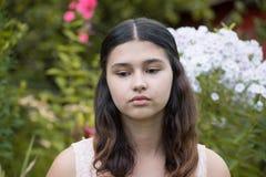 Muchacha adolescente contra el polemonio blanco Foto de archivo libre de regalías