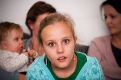 Muchacha adolescente dada una sacudida eléctrica Imagen de archivo