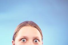 Muchacha adolescente dada una sacudida eléctrica Imagen de archivo libre de regalías