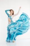 Muchacha adolescente de baile en vestido oriental de la moda Fotos de archivo