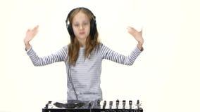 Muchacha adolescente de DJ con los auriculares en el baile principal a la música metrajes