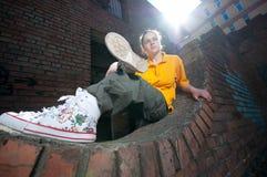 Muchacha adolescente de hip-hop en la pared de ladrillo roja Imagenes de archivo