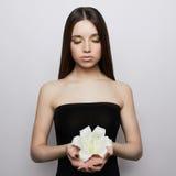 Muchacha adolescente de la belleza con la flor Fotografía de archivo