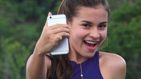Muchacha adolescente de la diversión que toma Selfies Fotografía de archivo