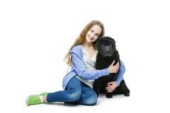 Muchacha adolescente de la edad con el perro Imagen de archivo libre de regalías