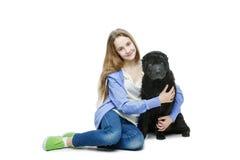 Muchacha adolescente de la edad con el perro Foto de archivo libre de regalías
