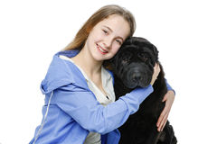 Muchacha adolescente de la edad con el perro Foto de archivo
