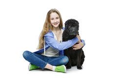 Muchacha adolescente de la edad con el perro Imagen de archivo