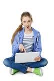 Muchacha adolescente de la edad con la tableta Imagenes de archivo