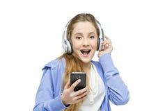 Muchacha adolescente de la edad con los auriculares Fotos de archivo