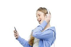 Muchacha adolescente de la edad con los auriculares Imagen de archivo libre de regalías