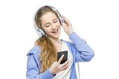 Muchacha adolescente de la edad con los auriculares Fotos de archivo libres de regalías