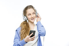 Muchacha adolescente de la edad con los auriculares Imágenes de archivo libres de regalías