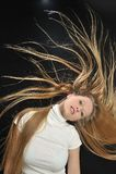 Muchacha adolescente de la edad del pelo largo rubio atractivo Imágenes de archivo libres de regalías