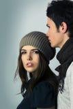 Muchacha adolescente de la edad que muchacho que besa a su cabeza Fotos de archivo
