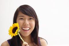 Muchacha adolescente de la flor asiática feliz Imagenes de archivo
