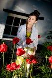 Muchacha adolescente de la manera con las amapolas rojas foto de archivo