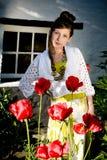 Muchacha adolescente de la manera con las amapolas rojas fotos de archivo