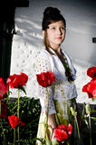 Muchacha adolescente de la manera con las amapolas rojas foto de archivo libre de regalías