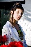 Muchacha adolescente de la manera con las amapolas rojas fotografía de archivo libre de regalías