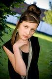 Muchacha adolescente de la manera en parque foto de archivo libre de regalías