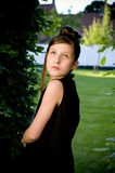 Muchacha adolescente de la manera en parque Fotos de archivo libres de regalías