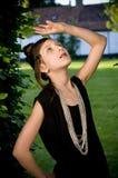 Muchacha adolescente de la manera en parque Imágenes de archivo libres de regalías