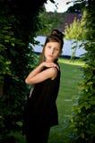 Muchacha adolescente de la manera en parque foto de archivo