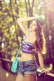 Muchacha adolescente de la moda con el sombrero y el monedero Imagenes de archivo