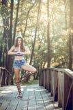 Muchacha adolescente de la moda con el sombrero y el monedero Imágenes de archivo libres de regalías