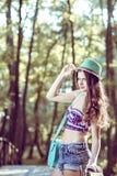 Muchacha adolescente de la moda con el sombrero y el monedero Imagen de archivo