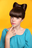 Muchacha adolescente de la moda de la belleza con el peinado del arco y el manicu colorido Imágenes de archivo libres de regalías