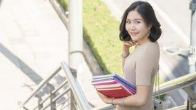 Muchacha adolescente de la moda del estudiante con el libro de la educación Imagen de archivo libre de regalías