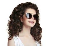 Muchacha adolescente de la moda del retrato de la belleza que lleva la ISO elegante de las gafas de sol Imágenes de archivo libres de regalías