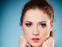 Muchacha adolescente de la mujer joven del retrato en azul Fotos de archivo libres de regalías