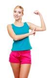 Muchacha adolescente de la mujer joven que muestra sus músculos Imagenes de archivo