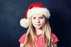 Muchacha adolescente de la Navidad en Santa Hat Imágenes de archivo libres de regalías