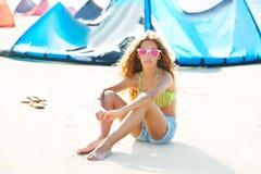 Muchacha adolescente de la resaca rubia de la cometa en la sentada de la playa del verano Imágenes de archivo libres de regalías