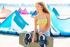 Muchacha adolescente de la resaca rubia de la cometa en playa del verano Foto de archivo