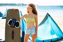 Muchacha adolescente de la resaca rubia de la cometa en playa del verano Imagenes de archivo